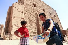 Мать с ребенком на виске - Египте стоковая фотография rf