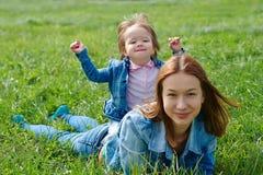 Мать с ребенком на его задняя часть outdoors в лете стоковое фото rf