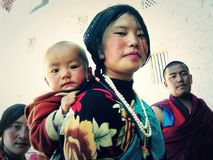 Мать с ребенком на ей назад стоковое изображение