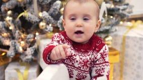 Мать с ребенком на тряся игрушке оленей во время Рожденственской ночи видеоматериал