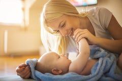 Мать с ребёнком дома стоковые фото