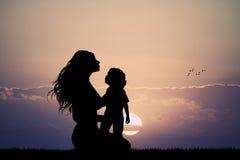 Мать с силуэтом сына на заходе солнца иллюстрация вектора