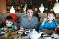 Мать с сыновьями имеет обедающий стоковое изображение