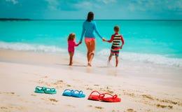 Мать с сыном и дочерью на пляже Стоковые Изображения