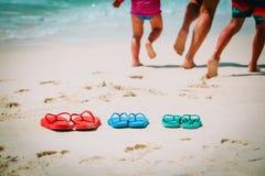 Мать с сыном и дочерью на пляже Стоковая Фотография RF