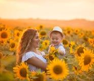 Мать с сыном младенца в поле солнцецвета Стоковое Изображение