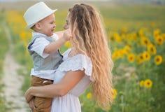 Мать с сыном младенца в поле солнцецвета Стоковое Фото