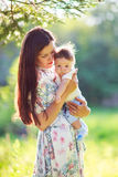 Мать с сыном младенца, концом-вверх, летом Стоковая Фотография RF