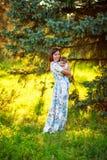 Мать с сыном младенца, концом-вверх, летом Стоковое Фото