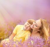 Мать с сыном на поле лаванды Стоковая Фотография RF