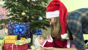 Мать с шляпой Санты с маленькой дочью в платье рождества акции видеоматериалы