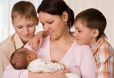 Мать с 3 дет Стоковое Изображение