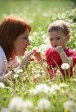 мать травы дочи лежа Стоковые Фотографии RF