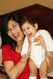 мать удерживания кровати младенца Стоковые Фотографии RF