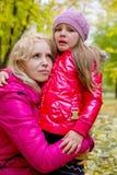 Мать утешая плача дочь в осени Стоковое фото RF
