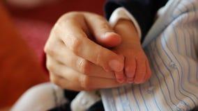 Мать утешая руки младенца акции видеоматериалы