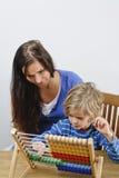 Мать учит сыну стоковая фотография