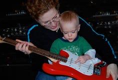 Мать учит уроку музыки гитары ребенка стоковая фотография rf