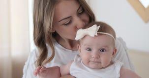 Мать целуя ее дочь младенца дома видеоматериал