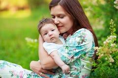 Мать целует сына младенца, конца-вверх, лета Стоковое фото RF