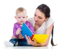 Мать читая книгу ее девушка малыша Стоковые Изображения RF