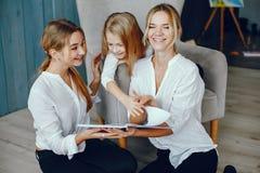Мать читая книгу с дочерьми стоковое фото