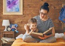 Мать читая книгу Стоковые Фотографии RF