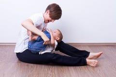 Мать щекоча ее сына Стоковые Фотографии RF
