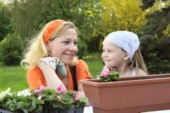 мать дочи садовничая Стоковая Фотография RF
