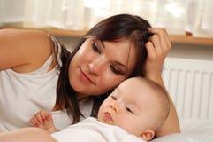 мать 19 младенцев стоковые изображения rf
