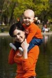 мать 2 младенцев напольная Стоковые Фотографии RF