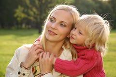 мать 2 embraces дочи Стоковое фото RF