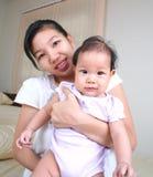 мать 4 младенцев Стоковая Фотография