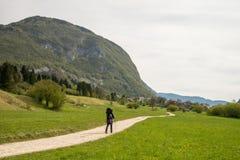 Мать Hiker с младенцем около scScenic озера Bohinj со своими зелеными окрестностями в Словении стоковые фотографии rf