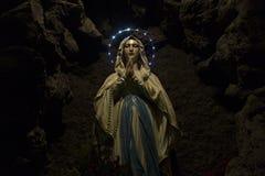 Мать Mary в пещере стоковое изображение