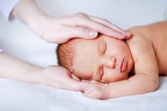 мать newborn s руки младенца Стоковое Изображение RF
