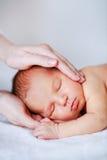 мать newborn s руки младенца Стоковые Изображения
