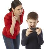 Мать rebuking капризный мальчик стоковое изображение