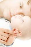 мать s удерживания перста младенца Стоковая Фотография