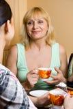 мать t дочи выпивая Стоковое Фото