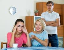 Мат-в-низкая утешая девушка после ссоры с супругом Стоковая Фотография