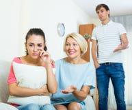Мат-в-низкая утешая девушка после ссоры с супругом Стоковые Изображения