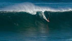 МАУИ, ГАВАИ, США 10-ОЕ ДЕКАБРЯ 2014: Неизвестный серфер едет a Стоковые Фото