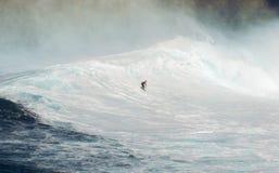 МАУИ, ГАВАИ, США - 15-ОЕ ДЕКАБРЯ 2013: Неизвестный серфер едет Стоковое Фото