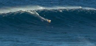 МАУИ, ГАВАИ, США - 15-ОЕ ДЕКАБРЯ 2013: Неизвестный серфер едет Стоковые Изображения RF