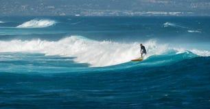 МАУИ, ГАВАИ, США - 10-ОЕ ДЕКАБРЯ 2013: Серфер едет волна a Стоковое Изображение RF