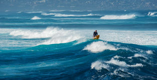 МАУИ, ГАВАИ, США - 10-ОЕ ДЕКАБРЯ 2013: Серфер едет волна a Стоковое Изображение