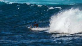 МАУИ, ГАВАИ, США - 10-ОЕ ДЕКАБРЯ 2013: Серфер едет волна a Стоковые Изображения RF