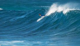 МАУИ, ГАВАИ, США - 10-ОЕ ДЕКАБРЯ 2013: Серфер едет волна a Стоковое фото RF