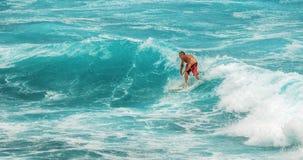 МАУИ, ГАВАИ, США - 10-ОЕ ДЕКАБРЯ 2013: Серфер едет волна a Стоковые Фотографии RF